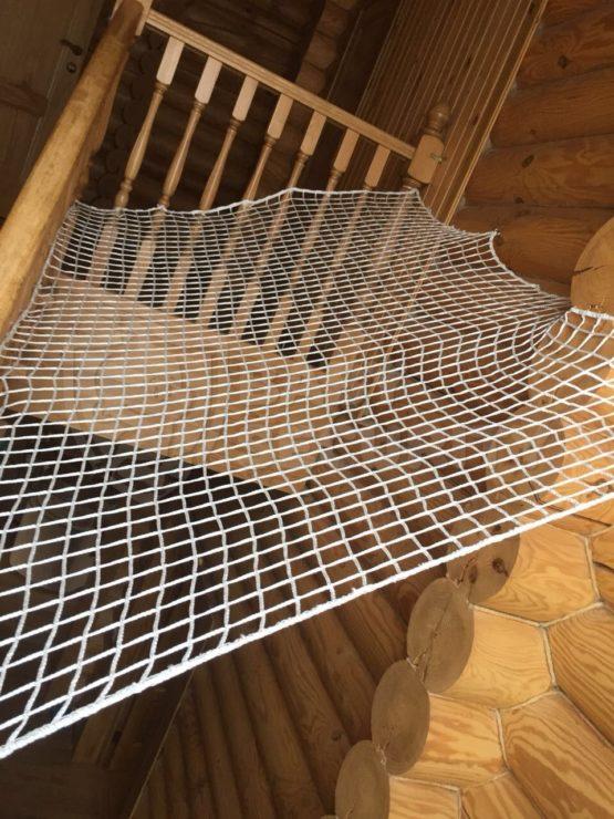 Защитное ограждение из сетки тканой на лестницу
