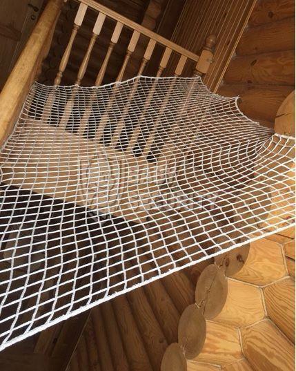 Защитное ограждение из сетки тканой на лестницы, балконы, окна